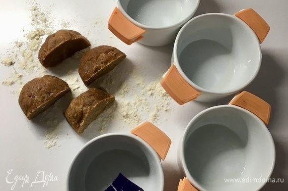 Из указанного количества ингредиентов получается четыре мини-тартинки. Берем формочки, в которых будем выпекать корзиночки, смазать их растительным маслом. Само тесто разделить на четыре части, каждую из которых немного раскатать скалкой.