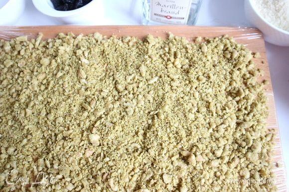 Поместить марципановое тесто на рабочую поверхность, застеленную пищевой пленкой.