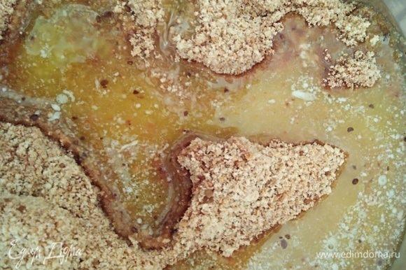 Сливочное масло растопить и добавить к печенью. Перемешать. Получается крошка, но если сжать комочек пальцами, то оно соединится.