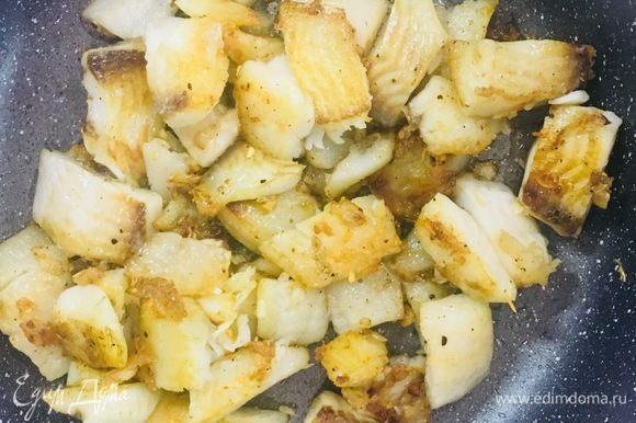 Обжариваем до готовности, в конце добавляем мелко натертый чеснок и соль.
