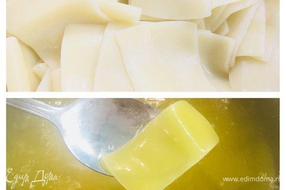 Пока жарится тилапия ТМ «Магуро», отвариваем бесбармачную лапшу из твердых сортов пшеницы, как указано на упаковке.