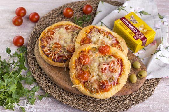 Выпекайте мини-пиццы 10–15 минут в духовке при 200°C. Перед подачей подавайте со свежей зеленью для украшения.