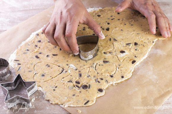 При помощи фигурных формочек вырежьте печенье.