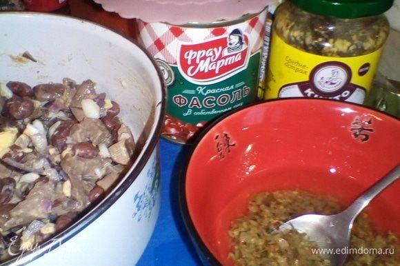 В пиале смешиваем растительное масло, мелко порубленные каперсы и горчицу, тщательно растираем. Собираем все ингредиенты в подходящую миску/плошку, немного солим (в состав фасоли уже входит соль, не переборщите!) и заливаем заправкой. Перемешали, дали немного времени «подружиться» всем составляющим нашего быстрого салата, и добро пожаловать за стол.