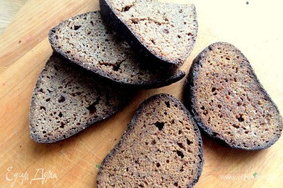 Хлеб нужен сухой ржаной, кирпичик лучше не использовать — превратится в кисель и аромата нет от него. Эти сухарики я храню для сладкого латышского супа и десерта со сливками, я их показывала вам.