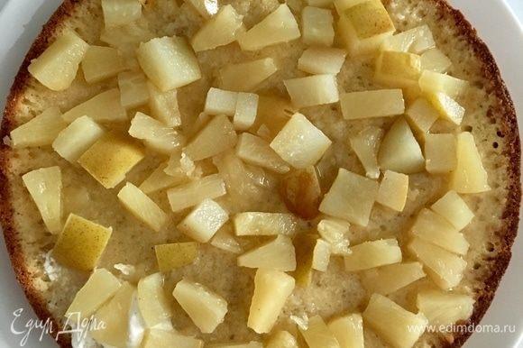 Первый бисквитный корж пропитать сиропом, в котором варились фрукты, и выложить сами фрукты.
