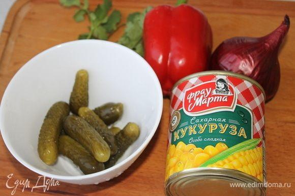 Готовим кукурузный салат. Никаких майонезов на природу, только овощи, оливковое или душистое растительное масло и много-много зелени.