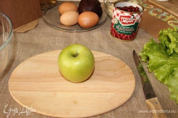 Яблоко режем на кубики.
