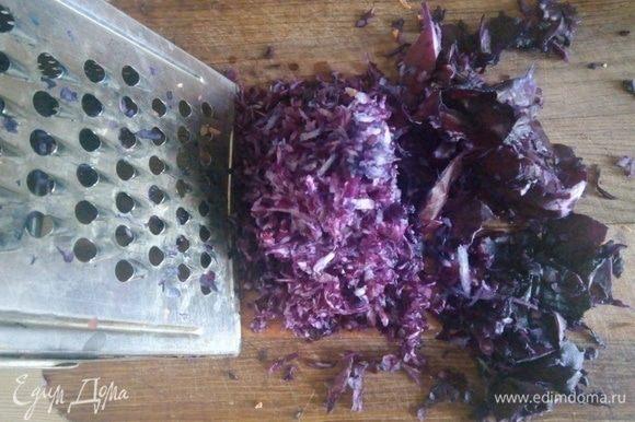 Отрезаем небольшой кусок от краснокочанной капусты, примерно грамм 200, натираем на терке или перемалываем на мясорубке.
