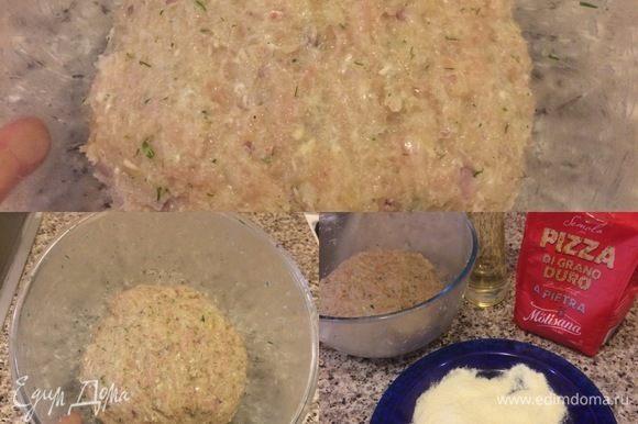 Грудки вымыть, обсушить бумажным полотенцем и нарезать. Мякиш хлеба замочить в воде. Пропустить через мясорубку филе, лук и хлеб. В фарш добавить рубленый укроп, соль, перец и очень хорошо вымесить и отбить. Затем миску с фаршем затянуть пленкой и отправить в холодильник на 30 минут. Котлетки можно обвалять в сухарях, но я использую итальянскую муку семолину.