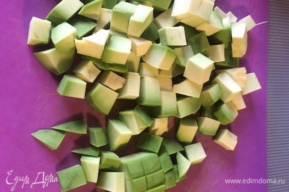 Нарезать авокадо кубиками.
