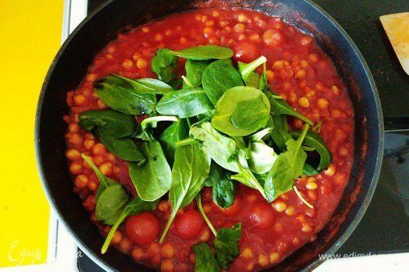 Шпинат добавляем в конце, чтобы сохранить больше витаминов. Перемешиваем и тушим еще 2 минуты под крышкой.