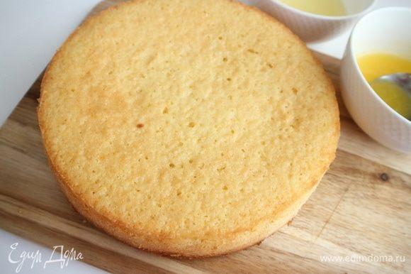 Вынуть пирог из духовки, дать немного остыть, освободить от формы. После того, как сняты борта формы, накрыть пирог сверху дощечкой, перевернуть, снять дно формы и бумагу, перевернуть обратно.