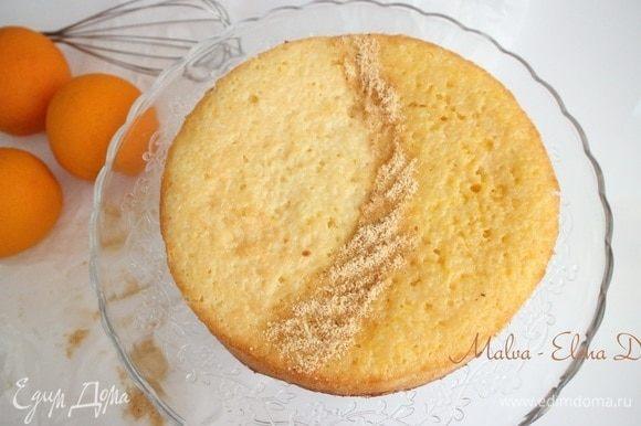Дать пирогу постоять немного, чтобы стабилизировать структуру. Можно приглашать друзей или домашних на чашку чая с ароматным пирогом.