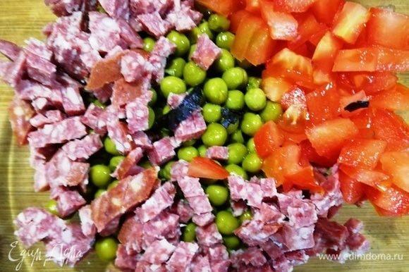 Добавляем к нему нарезанные кубиком колбасу и помидоры, нарезанный базилик.