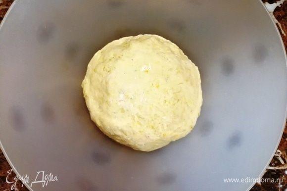 Формируем тесто в шар и оставляем подходить в теплом месте на 40–60 минут.