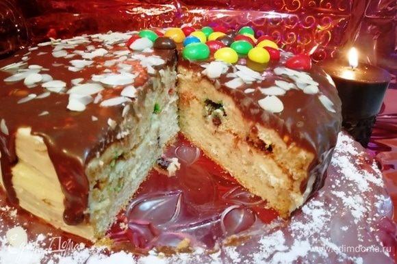 Разрезаем торт. Бисквит пушистый, крем нежный, глазурь глянцевая.