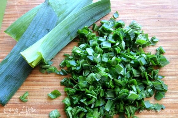 Из зелени был порей (в оригинале укроп), нарезать мелко.