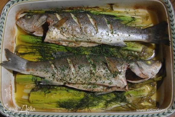 Готовую рыбу посыпать оставшимся измельченным укропом.