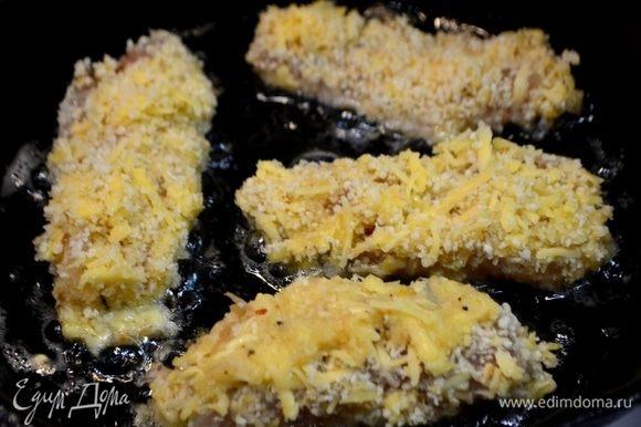 Разогреть масло в сковороде и обжарить рыбные палочки по 3–4 минуты с каждой стороны, до образования хрустящей золотистой корочки.