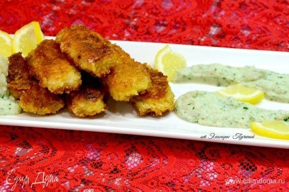 Подать рыбные палочки порционно. Пюре подать в креманке или красиво расположить на тарелке.