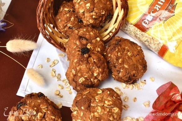 Остудить печеньки на решетке и можно лакомиться! По текстуре они очень мягкие и хрупкие, очень рассыпчатые, нежные и тающие во рту. Сухофруктов много. И вся сладость идет именно от них.