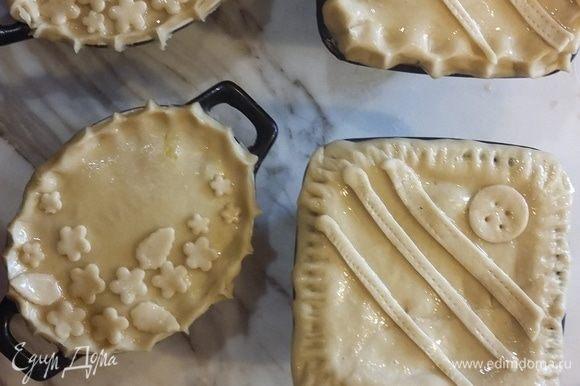 Украшаем верх пирогов по своему усмотрению.
