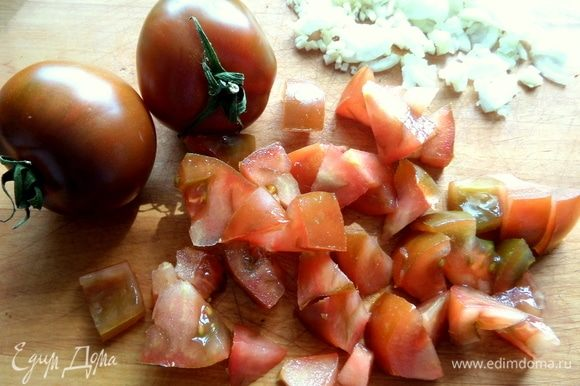 Томаты нарезать. Сейчас к нам завезли такой вкусный сорт томатов — кумато. По вкусу, как летние помидорки с грядки, и кожица нежная, для меня это важно.
