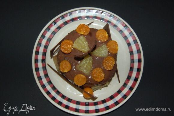 Завершаем сборку тортика. Смазываем верх и бока. Украшаем, по желанию. Я использовала шоколад, ананас и физалис.