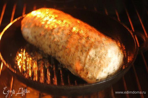 Ставим в разогретую духовку при 250 °C на 5 минут, выключаем и держим в закрытой духовке еще час. Для более розовой серединки выдержка 40 минут.