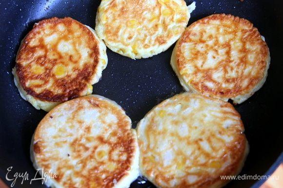 Ложкой выкладываем тесто с кукурузой на смазанную маслом сковороду и обжариваем с двух сторон до готовности.