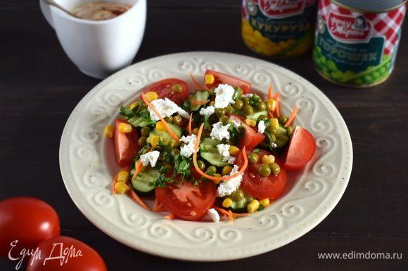 Для соуса соединить йогурт, лаймовый сок и паприку. Приправить по вкусу. Салат подавать, посыпав рубленой зеленью и кусочками феты. Соус подавать отдельно. Приятного аппетита!