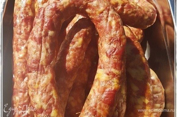 Вот такой вот вид образовался. Аромат еще резкий. Сама колбаса ни разу не горячая, температуры окружающей среды.