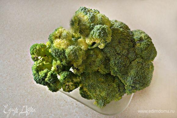 Нам понадобится свежая брокколи. Ее необходимо разобрать на соцветия и залить на 10 мин. водой, после чего воду слить.