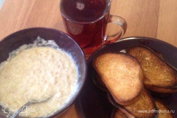 С черным крепким сладким чаем (с кофе?!), с гренками-сухариками (или без?!)... Такие завтраки — воистину домашние. За здоровое и доброе утро!