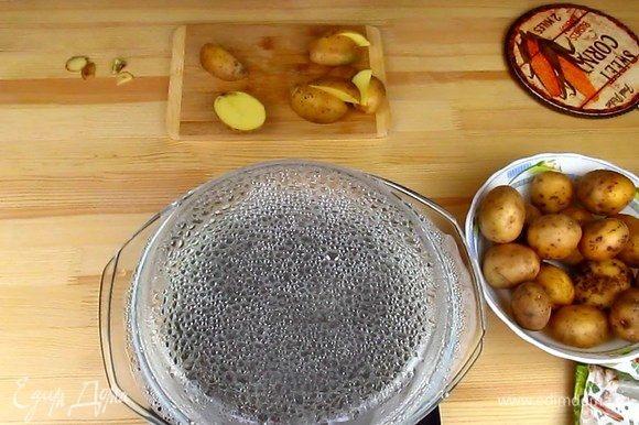 Хорошо вымытый картофель разделить на четыре части. Отварить 2–3 минуты, не больше. Солить воду не нужно! Старайтесь выбрать картофель приблизительно одного размера, так он приготовится в одно время.