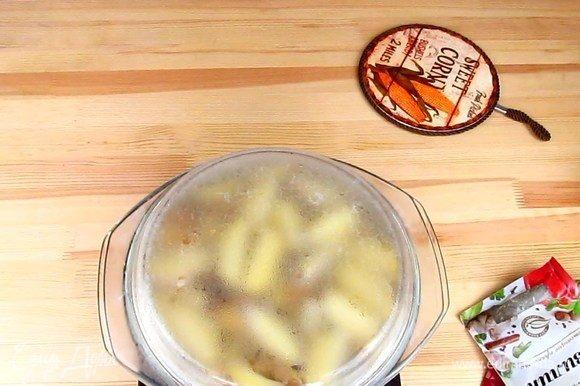 После того, как картофель проварился, обязательно слейте с него воду.