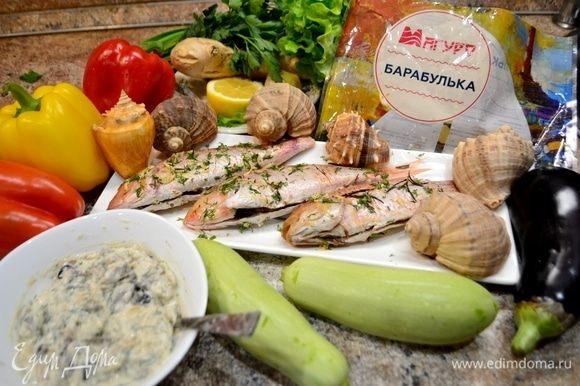 Подготовим все ингредиенты: барабульку мороженую ТМ «Магуро» разморозить, почистить чешую, отрезать плавники, выпотрошить, сделать надрезы по бокам. Для шашлычков: перец болгарский красный, желтый, кабачок, баклажан, лук красный.