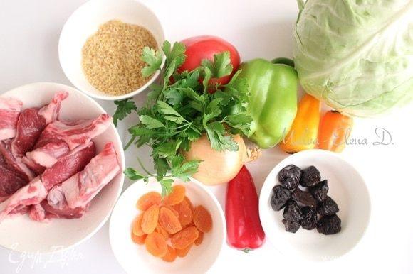 Приготовить все необходимое, овощи и зелень помыть. Хорошо использовать для рецепта молодую белокочанную капусту. Из трав отдала предпочтение петрушке, с менее насыщенным ароматом по сравнению с другими травами — базиликом, душицей (орегано), тархуном (эстрагоном). Строгих правил здесь нет, можно выбрать зелень по вкусу.