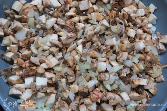 Грибы нарезать мелким кубиком, добавить в сковороду к луку, жарить до полуготовности 5 минут.