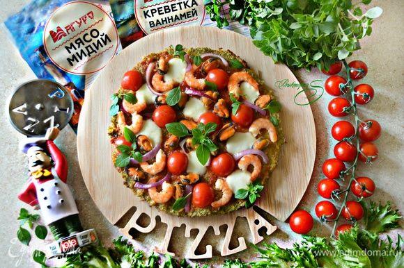 Подавайте пиццу, украсив свежими листьями базилика. Приятного вам аппетита! Будьте активны и здоровы!