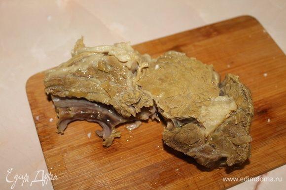 Перед тем как добавить зажарку, достаньте из бульона мясо, отделите косточку, а мякоть нарежьте порционными кусочками.