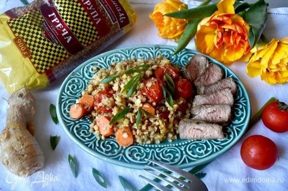 И можно сервировать блюдо. Горячая рассыпчатая, ядрышко к ядрышку, гречка, но при этом нежная, в сливочно-пряном соусе с овощами, идеально сочетается с мясом на гриле. Не забудьте посыпать блюдо свежей зеленью, в моем случае — зеленый лук. Можно наслаждаться! Приятного аппетита!