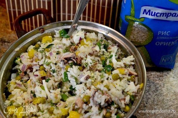 Пока запекается рыбник, готовим салат. Смешиваем отваренный рис, яйца, рыбу сайру разделить на кусочки, добавить остальные ингредиенты, майонез, все перемешать.