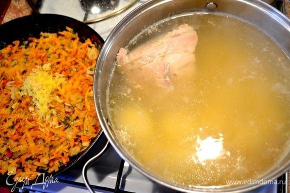 На сковородке обжариваем с последующим добавлением: шкварки (кусочки сала, немного), нарезанный лук мелким кубиком, морковь на крупной терке, болгарский перец мелким кубиком, в конце — имбирь и чеснок на мелкой терке.