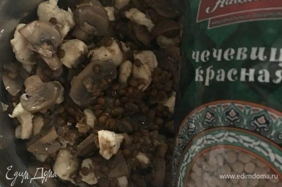 Я думала, как же интереснее и вкуснее будет, может быть слоями, чередуя чечевицу с грибами и куриное филе, выложить блюдо в конвертик запекаться. Но в конце все-таки решила соединить ингредиенты, перемешав и куриное мясо, и ароматную чечевицу с грибами.