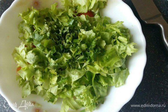 Порвать руками листья салата, кинзу можно нарезать ножом, а можно так же, как и салат, — руками.