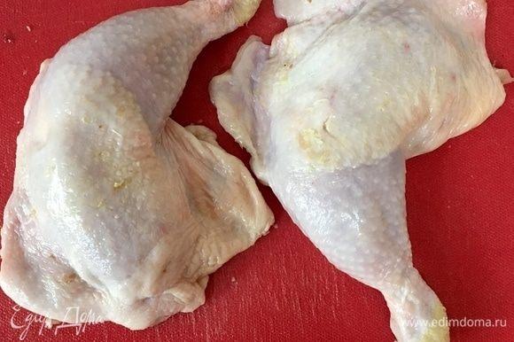 И точно таким же образом отделяем второе бедро от курицы.