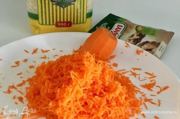 Теперь займемся гарниром, то есть яркими оранжевыми рисовыми биточками. Рис уже отварен. А за яркость цвета отвечает морковь. Натрем ее на мелкой терке. Из специй возьмем молотый имбирь. Дело в том, что в соус, который мы тоже сделаем, пойдет имбирь свежий. Поэтому нам необходимо выдержать общую вкусовую палитру блюда.