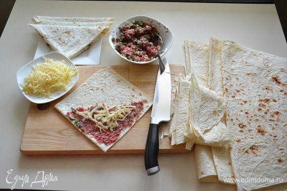 На одну половину лаваша выложить фарш, посыпать сверху сыром и свернуть в треугольник.